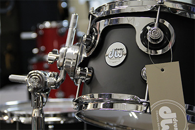 The Shells Are Fitted With Mini Turret Lugs Triple Flange Hoops And US Made DW Heads By Remo Kick Drum Features Low Mass Spurs A Ratchet Bass